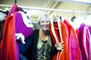 Eva Sundberg hoppas att andra nu ska få glädje av alla kläder, skor och attiraljer. Här visar hon upp gruppens imponerande tomtedräktssamling.