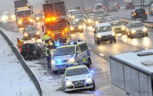 Två personbilar och en buss var inblandade i olyckan vid trafikplats Fittja på E4/E20 i södra Stockholm.