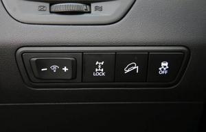 Fyrhjulsdrivningssystemet kan låsas så att bilen har konstant 50:50-fördelning. Standard är också system som bromsar bilen automatiskt i branta nedförsbackar och även förhindrar att den börjar rulla vid start i backe.Foto: Rolf Gildenlöw