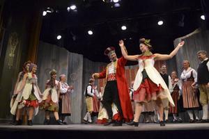 Fest hos kung Salomo, då blir det drag med duktiga dansare och musiker - till Hårgalåten och Vägen till Ransäter.   Foto: CHARLOTTE LAUTMANN