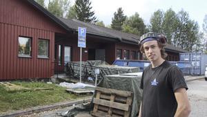 Erik Erikson är platschef på det byggföretag som bygger om före detta företagshälsovårdens lokaler mitt emot lasarettet till flyktingboende.