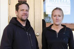 Anders Woungerecht och Jessica Sandgren driver flyktingboendena på Åstön och i Liden.