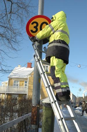 I torsdags sattes nya 30- och 50-skyltar upp. Därmed är skyltningen utmed Bergmästaregatan korrekt.Bild: annika nygren-berg