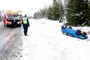Farligt väglag. En 18-årig kvinna voltade med sin bil i går mellan Surahammar och Ramnäs. Enligt polis på plats kan väglaget ha spelat en stor roll vid olyckan.