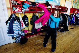 """Elin Andersson, som går i trean på Odenslundsskolan i Östersund klär sig ordentligt i kylan. """"Det är jobbigt att klä på sig så mycket kläder och jag fryser om tummarna"""", säger Elin innan hon går hem för dagen.Foto: Ulrika Andersson"""