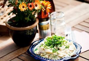Frederiks potatissallad får gärna stå och dra två timmar i kylskåp innan den är dags att äta.