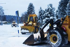 Traktorer och andra snöröjningsfordon rullar runt i Örnsköldsvik. Snösvängen arbetar för fullt.