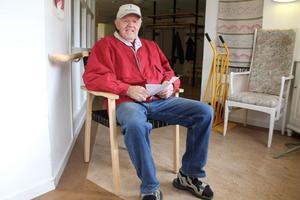 Olov Drebäck är själv engagerad i handikapprådet, i SPF och PRO. Men det blev en miss med de nya stolarna till Sunnangårdens samlingssal, menar han.