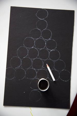 3. När toarullarna torkat skärs de i 24 lika breda rundlar.