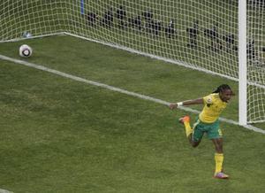 Redan i fotbolls-VM:s öppningsmatch i Johannesburg kom det som kan bli VM:s mål. Siphiwe Tshabalalas mål går till historien. Sydafrika håller fotbolls-VM och det är rimligen väldigt bra för Sydafrika som står för mycket av hoppet för hela Afrika. Foto: Scanpix