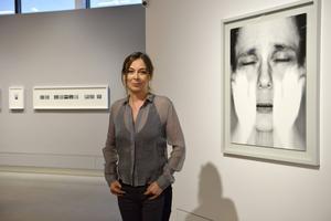 Maria Miesenberger hör till de konstnärer som minns motsättningen mellan det dokumentära och det konstnärliga fotografiet. Hon står framför