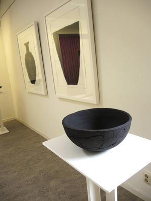 Tre urnor, två i grafik och en i keramik av Peter Flinck.