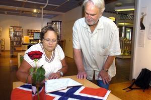 Irja Gustavsson och Anders Ceder skrev de första namnteckningarna i kondoleansboken från kommunen på Lindesbergs bibliotek för offren för terrorattackerna i Norge förra helgen.