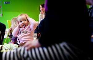 Julia Eriksson, 1,5 år, hängde med under sånglekarna.