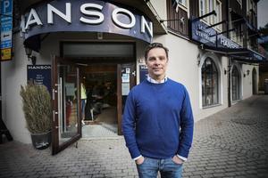 Håkan Hansson är OS-guldmedaljören som ägnat stor del av sitt liv åt kläder. Men nu ska han göra det han mest av allt gillar: vara nära skidsporten. Han är agent åt Jon Olsson men söker efter fler adapter nu när han kan satsa all tid på idrottar.