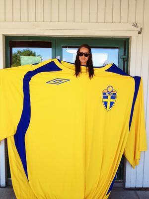 Vi tog först bild på barnen som vi ansiktsmålat med svenska flaggan! Sen kom vi på att fröken borde ta på sig vår stora Sverige tröja och också vara med på bild, barnen tyckte detta var jättekul!