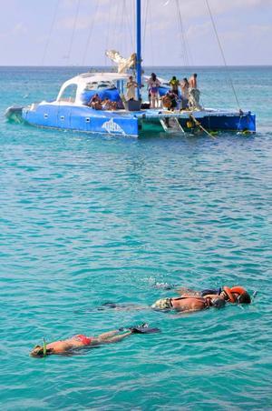 Utflykter med katamaran lockar många. Snorkling över korallrev och kustnära vrak ingår.