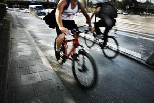 Två cyklister som åtminstone här håller sig till reglerna.
