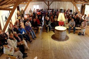 Logen i Langsbo var fullsatt och stämningen magisk vid vernissagen med Tomas Colbengtssons bilder.