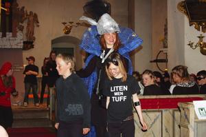 Ur kattoperan. Eva Kållberg och skolbarn från Rättvik i operaföreställningen i Rättviks kyrka.