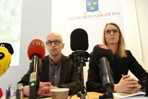 Johan Fahlander, kammaråklagare, och Jessica Wenna, kammaråklagare,  under pressträffen i Västerås polishus med anledning av at åtal väcks.