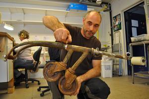 En bönsyrsa av en gammal cykel och kundvagnshjul. Tobias Birgersson heter silversmeden bakom det roliga skrotverket.