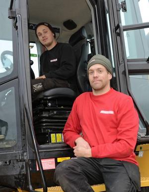 Föraren Jonas Larsson och Gabriel Jonsson från Fiskarhedens sågverk lastar det första virkeståget.