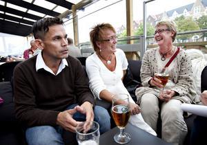 träffas i verkligheten. Kent Björk, Annelie Wahlström och Lil Andersson tog chansen att träffa nytt folk på bryggan. Kent och Annelie är vana Facebook-användare men inte Lil. Hon fick höra talas om tillställningen via Annelie och hon bestämde sig då för att följa med.