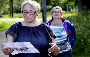Zinita Ritzén läser den dikt som en journalist tillägnade Anna-Lena i en artikel om henne. Bakom henne står Ingegerd Andersson, Orsa, och lyssnar. Det är första gången som hon deltar i Finnmarkens historiegrupps temakvällar.