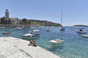 Det klara vattnet och de många soltimmarna på Hvar lockar många besökare.