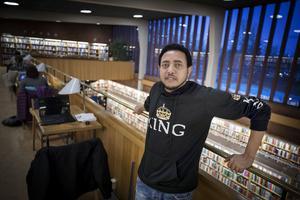 När Nijushiluf var nyanländ och bodde i Grytan var biblioteket hans trygga oas.