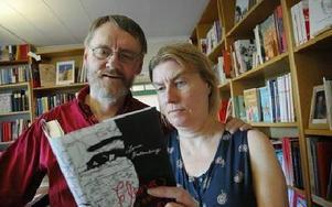 Torbjörn Lundberg och Lena Kallengren menar att det finns ett egenvärde i att se och känna på böcker.FOTO: CHRISTER NYMAN
