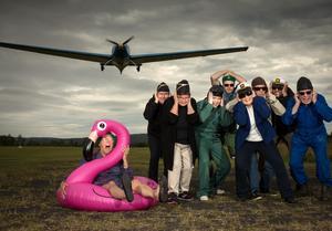 Revyensemblen väner sig vid höga ljusvolymer – läs skratt och applåder – på Himmelslätta flygfält. FOTO: TERJE  JOHNSSON