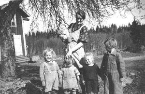 Mamma Margit Fagerström med minstingen Inga-Lill i famnen, född 1941. Från höger storasyster Maj, född 1935, tvillingarna Axel och Anna-Greta, födda 1940, samt Bengt, född 1939.