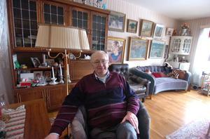 När Helge Eklöf och hans hustru Marianne flyttade in i den stora fyrarummaren tog de genast bort väggarna till ett av rummen och fick då ett stort och luftigt vardagsrum. Här tillbringar Helge mycket tid.