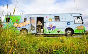 Byborna i Måläng hyllar den nya bokbussen och dess utsmyckningar.