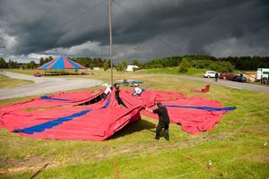 – När det regnar blir tältet som en jättesimbassäng medan man reser bardunerna, säger Kim Jensen som jobbar med att sätta upp tälten.