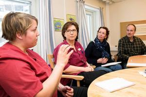 Vårdarna Ida Hallebjer och Louise Nylander som båda arbetar på Lejonbacken, samtalade om sex timmars arbetstid och arbetsförhållanden inom omsorgen med Christina Höj Larsen och Göran Wåhlstedth från Vänsterpartiet.