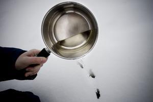 4. Gå ut och häll varmvattnet på snön så att snön smälter.