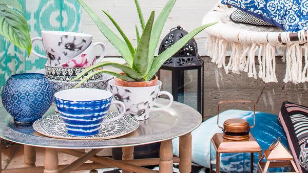 Traditionella hantverkstekniker inspirerar. Här ett blått batikmönster på en tekopp, från Indiska.