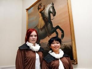 Madeliene Hedin och Ada Raposas i historiska föreningen har sytt upp djäknedräkter till jubileet.