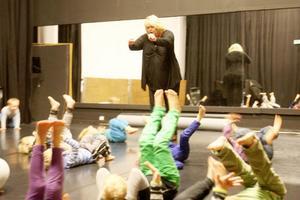 Elisabet Sjöstedt Edelholm instruerar barnen från förskolor i Lillhärdal och Lofsdalen om danslek.