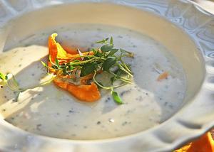 Soppa på gula kantareller är en underbar inledning på sensommarens middagar. Har man ont om färska kantareller kan soppan drygas ut med andra sorter utan att kantarellsmaken går förlorad.