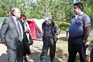 Den bulgariska ambassadören Svetlan Stoev kom till stormötet i Söderhamn på tisdagen och träffade bland andra sina landsmän Angel Ilief och Danail Tomov.