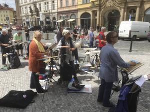 Djup koncentration när Prags stadsbild ska förevigas.   Foto: Privat