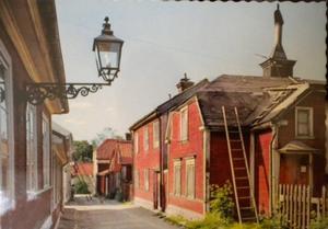 Vykort från Glasmästargränd, troligen sent 1950-tal. Huset med stegen lutad mot taket är nr 7.