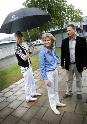 Regnet envisades med att falla från himlen under Anna Maria Corazza Bildts Gävlebesök i går. Linus Ohlson fanns till hands med ett paraply när rektor Göran Larsson visade runt på John Bauer-gymnasiet.