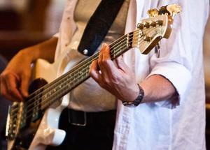Vad är en rockig spelning utan en gitarr? Musiken säljs i skivform till förmån för fattiga i Söderhamn. Hittills har det genererat 180 000 kronor.