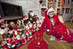 """I GOD TID. Anita Persson tar fram sina julprydnader redan i oktober. """"Jag måste göra det om jag ska hinna till advent"""", säger hon."""