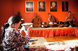 Enligt de regler som munkarna lever efter får de bara äta den mat de har fått som gåva. Så dagligen brukar gäster besöka templet med mat inför den ceremoni och måltid som sker klockan 10 på förmiddagen.